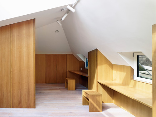 Arbeitszimmer im ersten Stock mit maßgefertigten Holzmöbeln