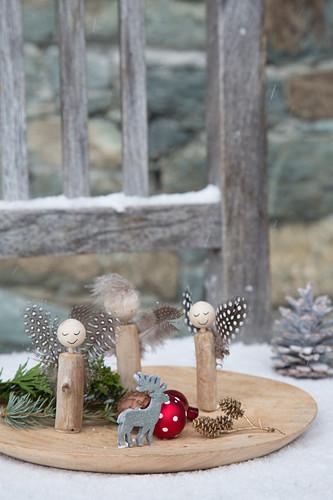 Selbstgemachte Engel aus Holzstücken, Perlen und Federn
