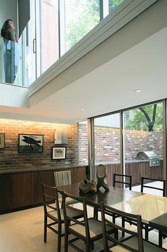Esszimmer mit doppelter Raumhöhe und langem Sideboard