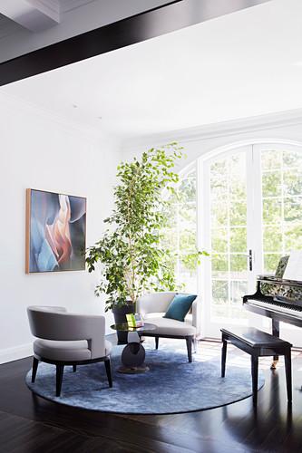 Designerstühle und Klavier im Musikzimmer mit Sprossentür