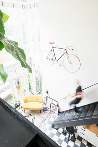 Blick von der Galerie auf die Treppe und den hellen Wohnraum