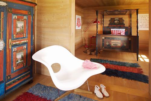 Elegantes Schlafzimmer mit Holzverkleidung
