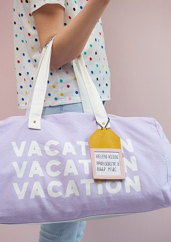 Reisetasche mit DIY-Adressanhänger aus Leder