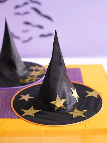 Schwarzer Hexenhut mit goldenen Sternen