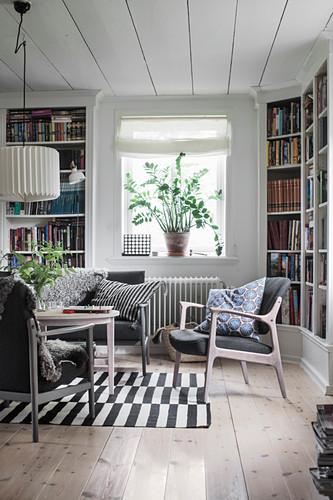 Wohnzimmer im Skandinavischen Stil mit Bücherregalen