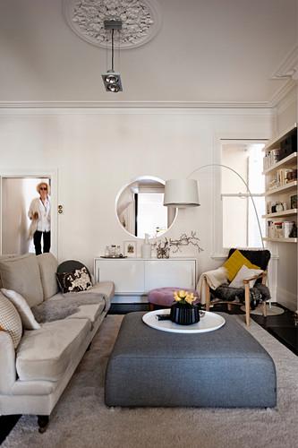 Moderner gepolsterter Couchtisch im klassischen Wohnzimmer mit Stuck
