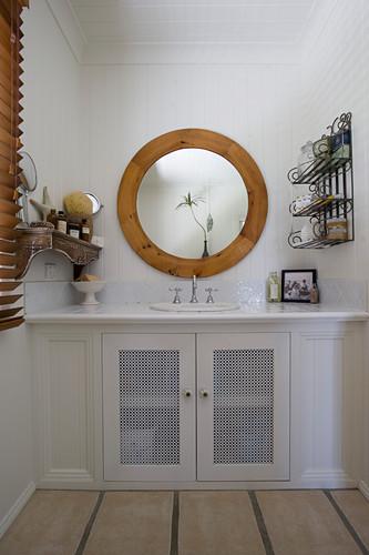 Eingebauter Unterschrank mit Waschbecken im Landhausstil