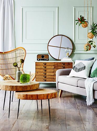 Wohnzimmer in Naturtönen mit blassgrünen Kassettenwänden