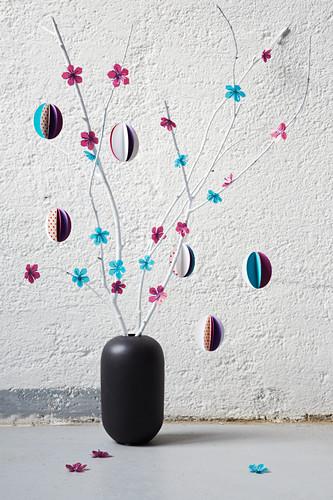 Strauch mit Papierblüten und Papier-Ostereiern