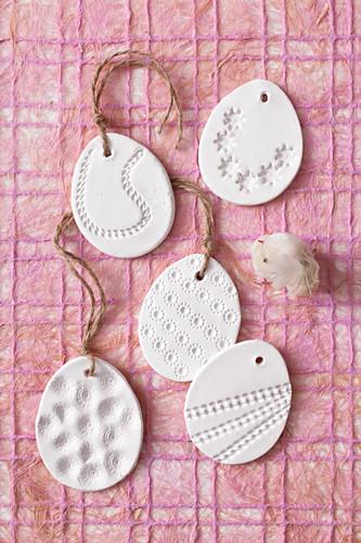 Eier aus Modelliermasse mit verschiedenen Prägungen