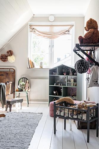 Kinderzimmer im Vintage Stil unter der Dachschräge
