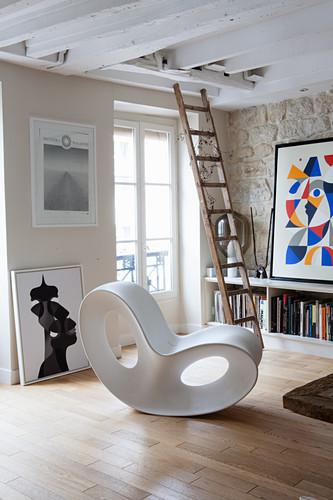 Organisch geformter Designersessel im rustikalen Wohnzimmer