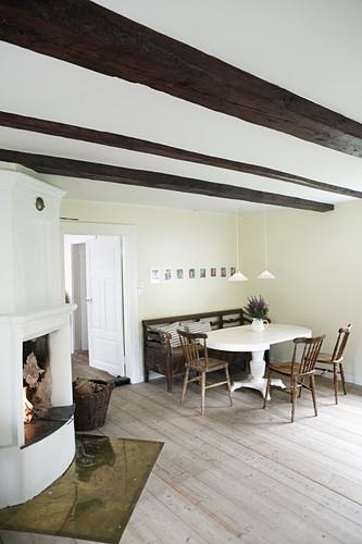 Esszimmer im Landhausstil mit offenem Kamin und Balkendecke