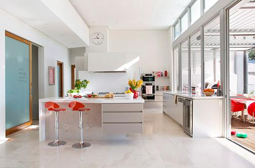 moderne offene küche mit fensterfront … - bild kaufen