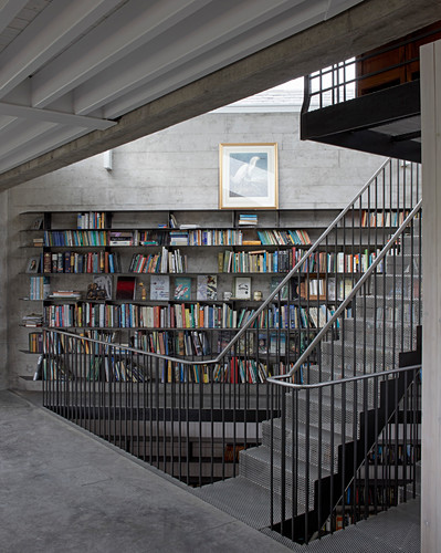 Self-supporting staircase and library in modern, architect-designed house
