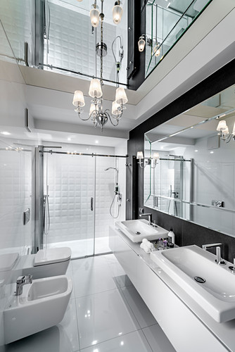Luxurious bathroom with mirrored ceiling and glossy tiles