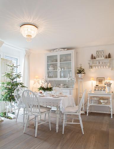 Nostalgisches Esszimmer ganz in Weiß