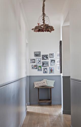 Zweifarbige Wand im Flur mit Bildergalerie
