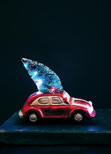 Weihnachtsdeko: Kleines Modellauto mit Weihnachtsbaum
