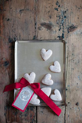 Plätzchen in Herz-Form mit Zuckerguss und Anhänger