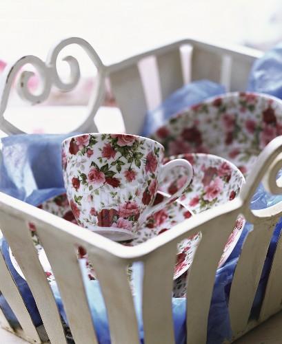 Rose-patterned tableware