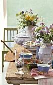 Sommerlich gedeckter rustikaler Tisch