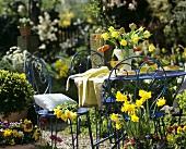 Kaffeetisch mit Frühlingsblumen im Garten
