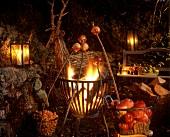 Bratäpfel schmoren an Stöcken über Gartenfeuer