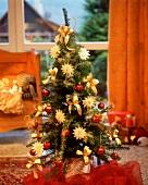 Kleiner Weihnachtsbaum, rot und golden geschmückt