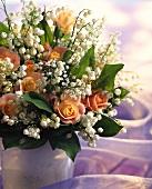 Maiglöckchen mit Rosen