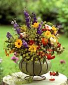Farbenprächtiger Sommerblumenstrauss