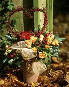 Winterliches Tannengesteck mit Rosen und Herz aus Erica