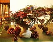 Weihnachtliches Gesteck aus Naturmaterialien & Glasvögelchen