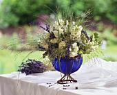 Weissblauer Sommerblumenstrauss