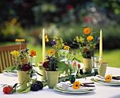 Kleine Tischgestecke mit Dahlien, Ringelblumen, Lavendel etc.