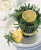 Zitrone auf Kräuter-Bambus-Gesteck als Tischdeko