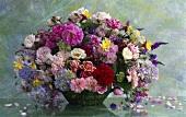 Üppiger Sommerblumenstrauss, Hortensien, Akelei, Rosen etc.