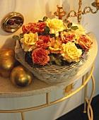 Körbchen mit Rosenblüten