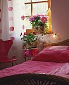Gemütliches Schlafzimmer mit Topfgerbera & Hortensie