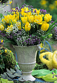 Amphore mit Tulpen, Strandflieder und Schleierkraut