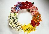 Sommerlicher Blumenkranz aus Garten- und Wiesenblumen