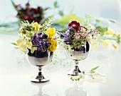 Kleine Blumensträusschen in Silberbechern