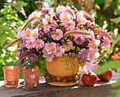 Sommerlicher Blumenstrauss mit rosa Anemonen und Astern