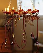 Hängender Kranz mit Kerzen und Baumschmuck