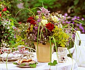 Sommerlicher Blumenstrauß auf Kaffeetisch