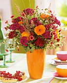 Blumenstrauss aus Bartnelken, Ringelblume und Fingerkraut