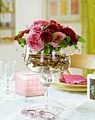 Historische Rosen in einer Glasschale