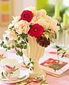 weiße und rote Rosen mit Brombeerranken