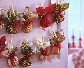 Adventskalender mit kleinen Beutelchen aus Servietten