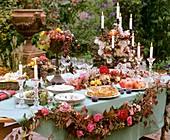 Gedeckter Tisch mit Apfelkuchen, Granatäpfeln und Feigen